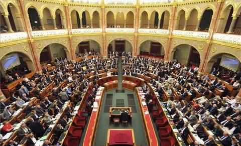 Megszavazta a parlament a túlóratörvényt